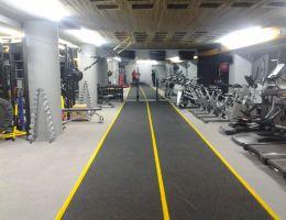 Χυτός συνθετικός τάπητας από κόκκους καουτσούκ (μαύρο-γκρί) σε ιδιωτικό γυμναστήριο στη Γλυφάδα